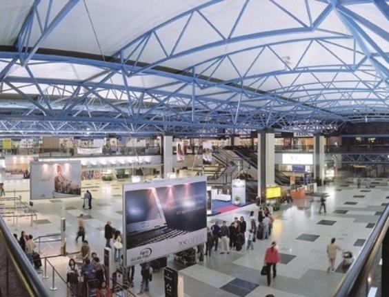 O Aeroporto Internacional de Curitiba ficou em segundo lugar na avaliação dos passageiros, com uma nota de 4,07. A pesquisa da Secretaria de Aviação Civil foi realizada entre outubro e dezembro de 2013 e entrevistou 18.213 passageiros. O aeroporto curitibano foi o mais bem avaliado do país nos quesitos disponibilidade de táxis, estabelecimentos comerciais e valor dos produtos comerciais