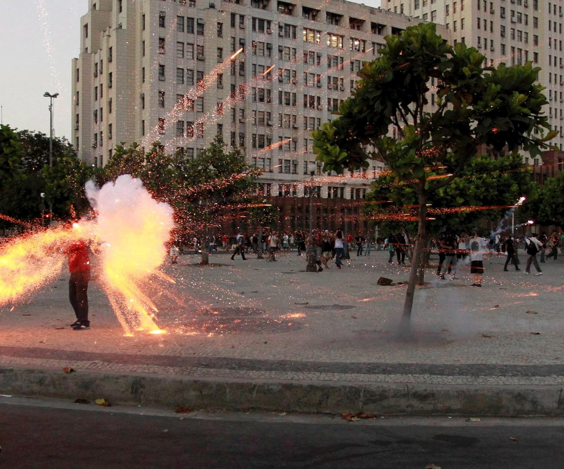6.fev.2014 - Cinegrafista da Band é atingido por bomba enquanto filmava protesto contra aumento da tarifa de ônibus no Rio de Janeiro