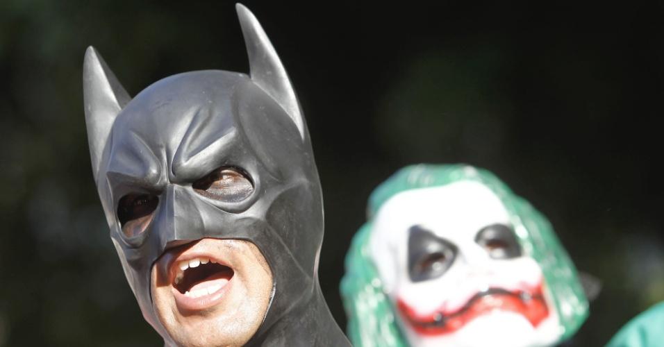 6.fev.2014 - Figuras emblemáticas em protestos, Batman e Coringa participam de ato contra o aumento das passagens de ônibus, com concentração na região da Candelária, no centro do Rio de Janeiro, nesta quinta-feira (6)