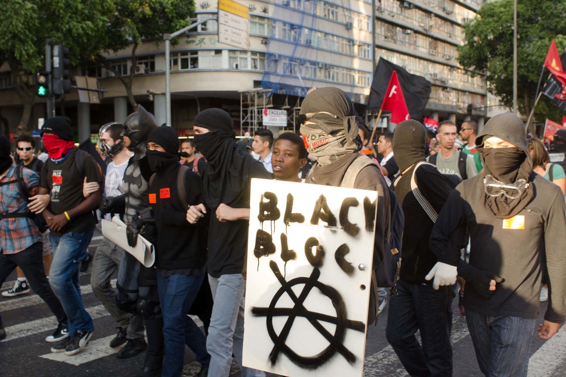 6.fev.2014 - Grupo de black blocs adere a protesto contra aumento da tarifa de ônibus no centro do Rio de Janeiro