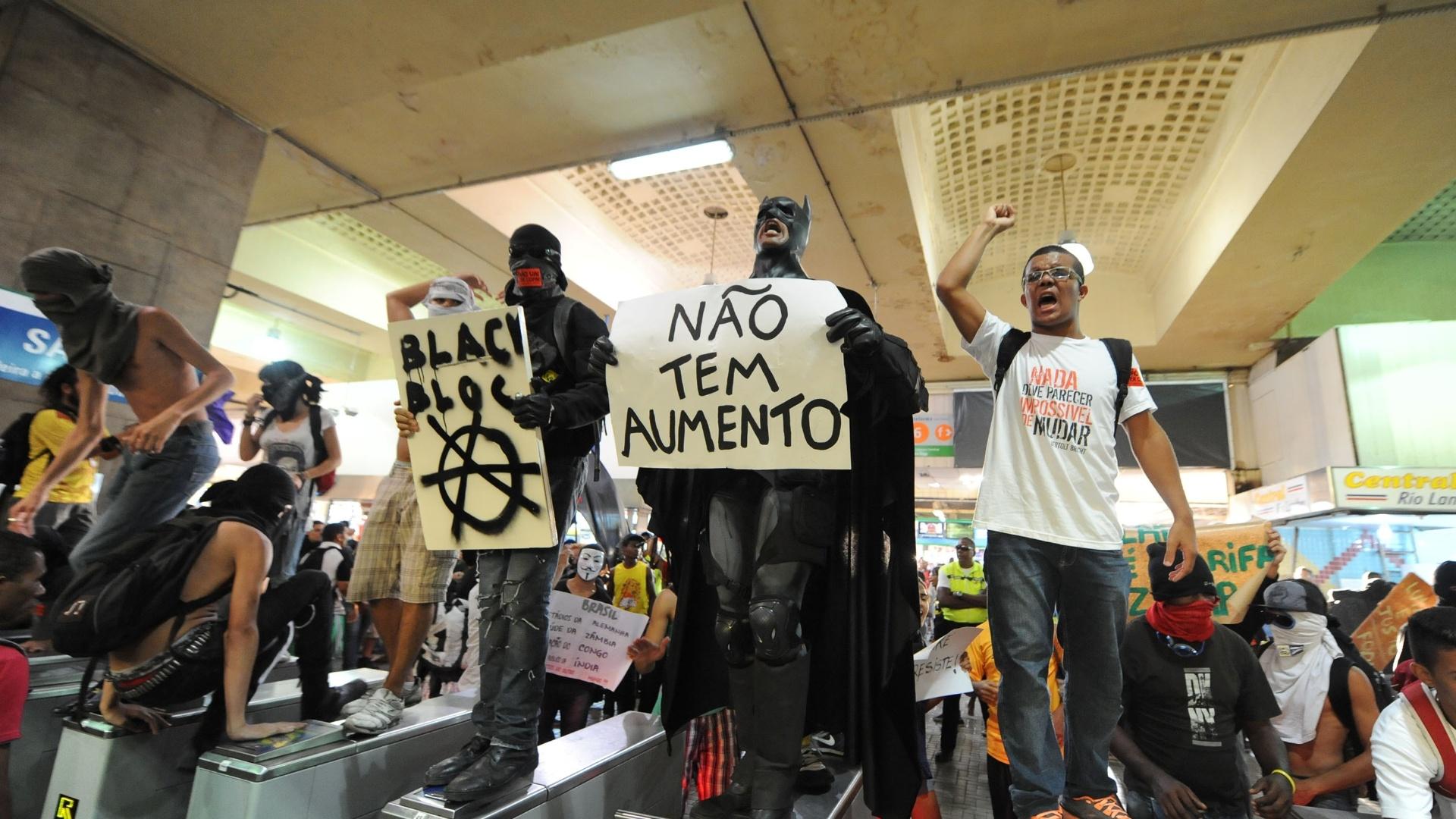 6.fev.2014 - Manifestantes black blocs pulam catracas da estação Central do Brasil, no Rio de Janeiro, durante ato contra o aumento da tarifa de ônibus