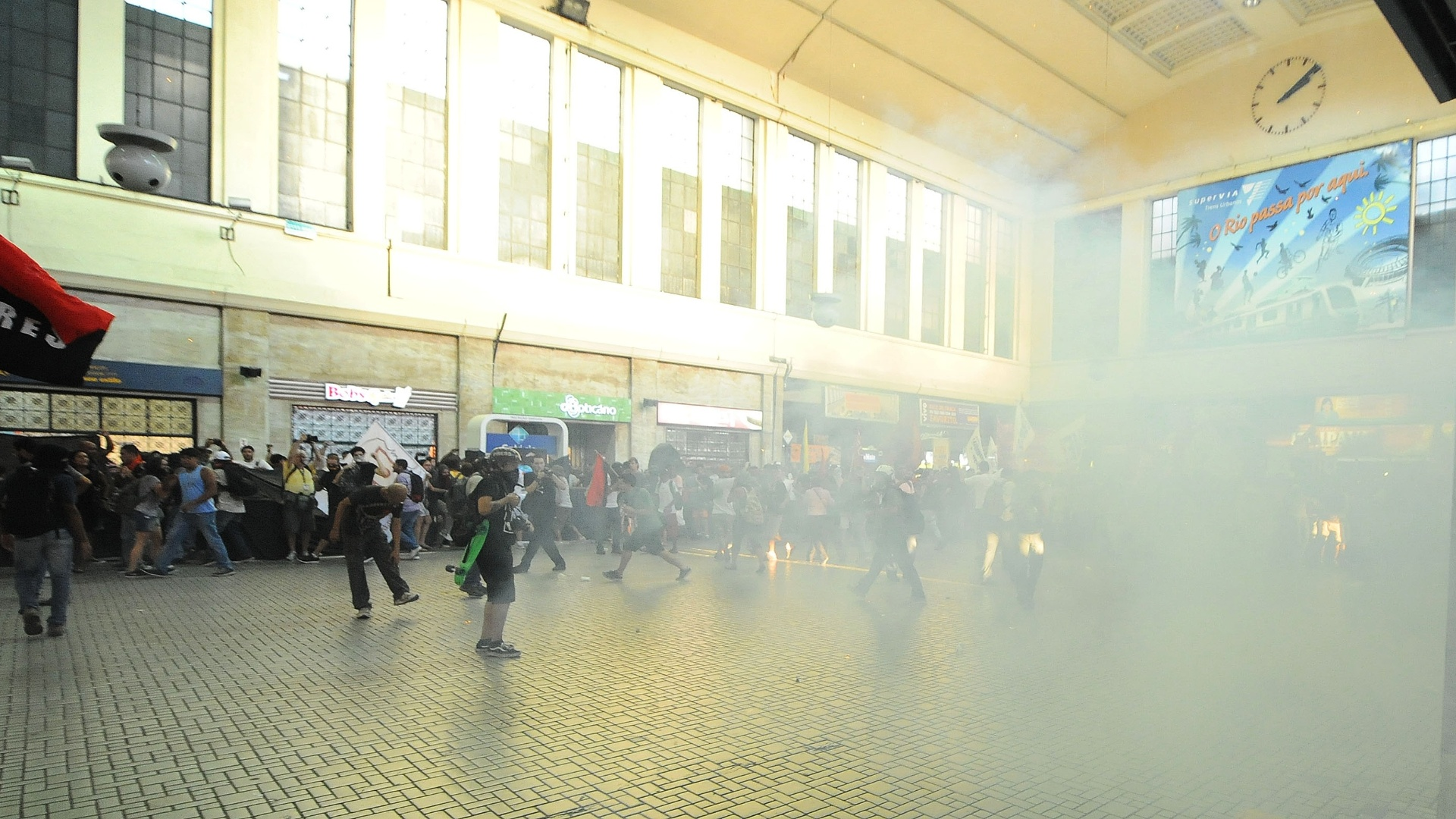 6.fev.2014 - Manifestantes e policiais entram em confronto na estação Central do Brasil, no centro do Rio, durante protesto contra aumento da tarifa de ônibus