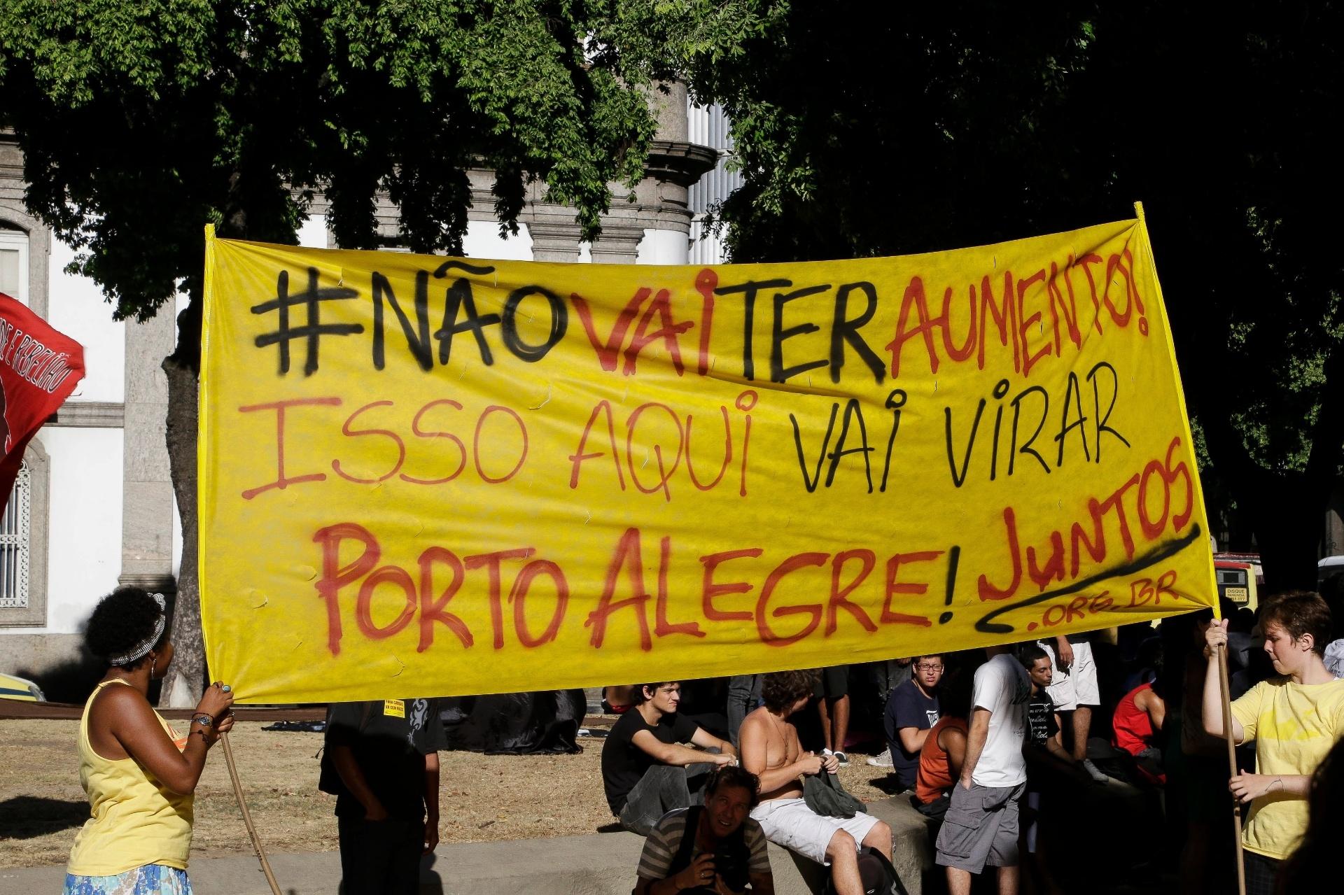 6.fev.2014 - Manifestantes fazem ato contra o aumento das passagens de ônibus, que teve concentração na região da Candelária, no centro do Rio de Janeiro, nesta quinta-feira (6)
