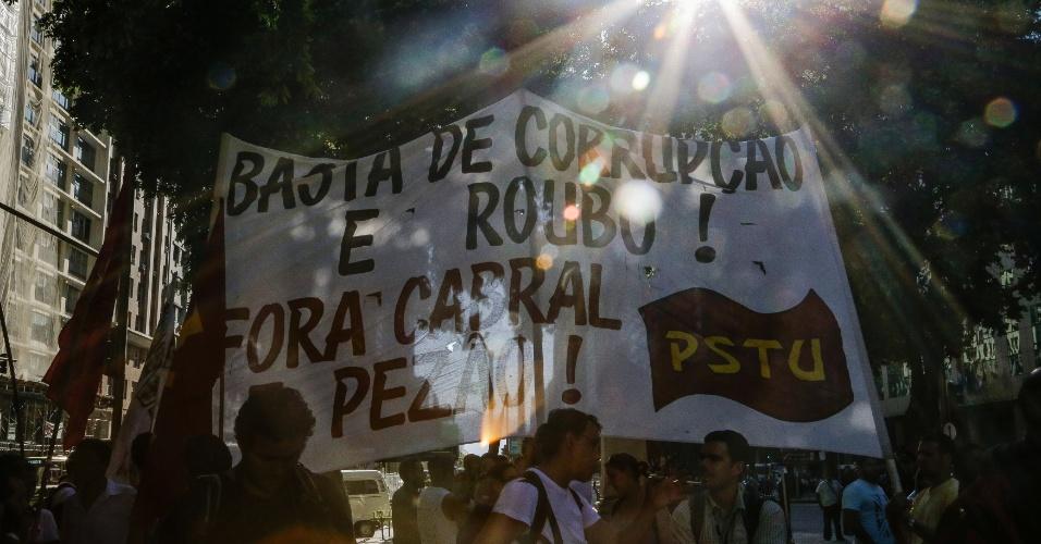 6.fev.2014 - Manifestantes fazem ato contra o aumento das passagens de ônibus, com concentração na região da Candelária, no centro do Rio de Janeiro, nesta quinta-feira (6)