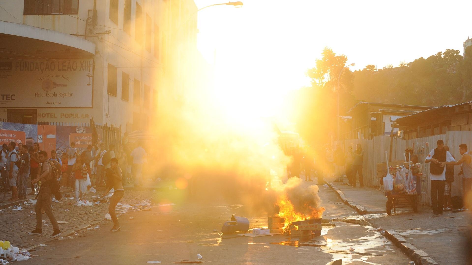 6.fev.2014 - Manifestantes queimam entulho em rua no centro do Rio de Janeiro durante protesto contra aumento da tarifa de ônibus