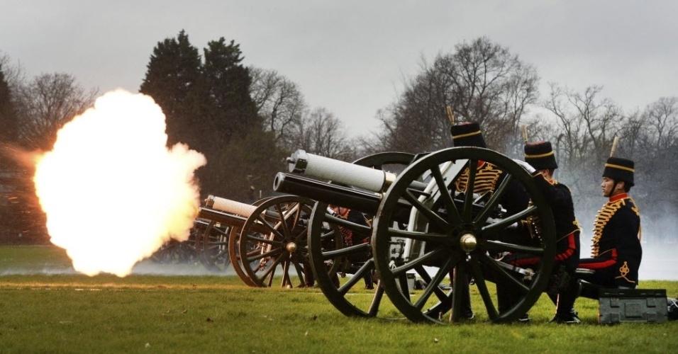 6.fev.2014 - Membros da Artilharia Real disparam canhão durante cerimônia em homenagem aos 62 anos de reinado da monarca Elizabeth 2ª no Hyde Park, em Londres.