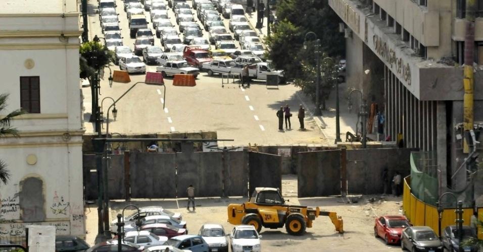 6.fev.2014 - Placas de aço são colocadas em rua que dá acesso à praça Tahrir, no Cairo. Autoridades egípcias decidiram colocar as placas para controlar a passagem de manifestantes no local