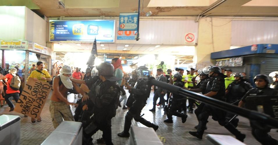 6.fev.2014 - Policiais usam a força para conter manifestante durante confronto na Central do Brasil, no Rio de Janeiro após protesto contra aumento da tarifa de ônibus
