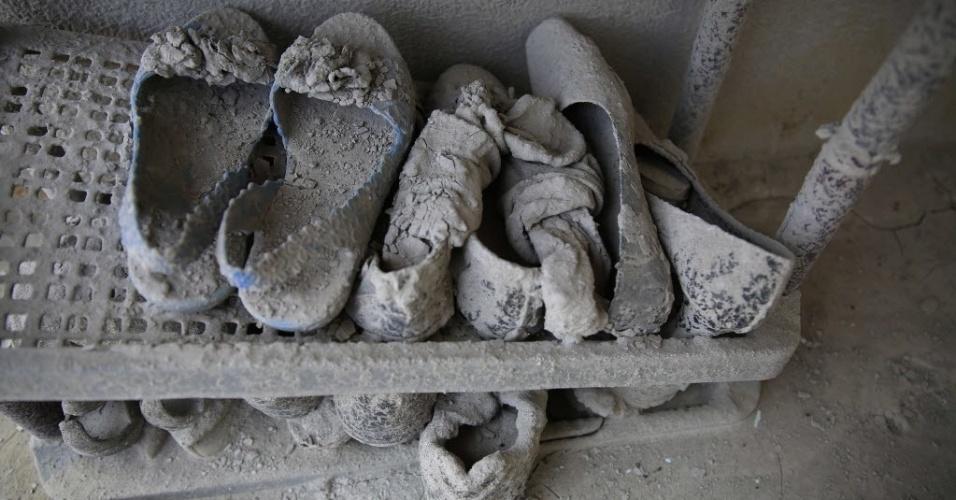 6.fev.2014 - Sapatos cobertos de cinzas são vistos na vila de Sukanalu, na Indonésia, um dos locais afetados pela erupção do vulcão Monte Sinabung, que vem expelindo cinzas e lava desde setembro do ano passado