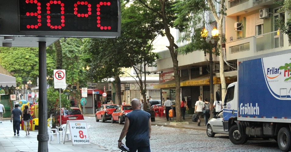 6.fev.2014 - Termômetro marca 30ºC no centro de Porto Alegre (RS), na manhã desta quinta-feira (6)