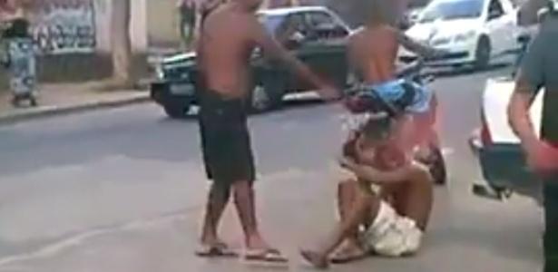 O vídeo de 18 segundos mostra um homem negro de bermuda branca, chinelo e sem camisa sendo morto em plena luz do dia