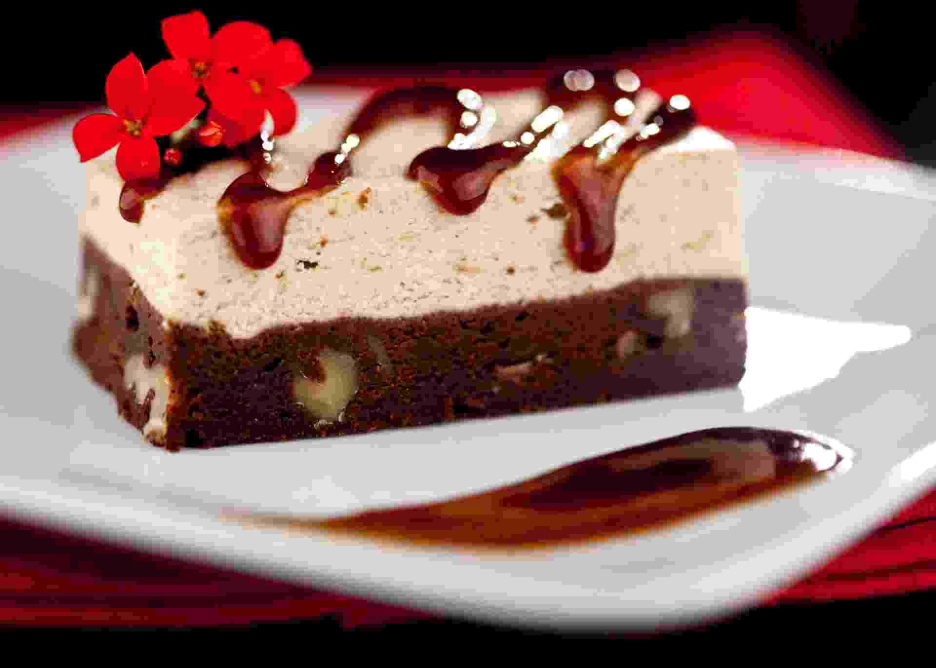 Para enfeitar esta sobremesa feita com brownie, sorvete e calda de tamarindo, o chef Roni Kormis, do restaurante tailandês Namga, usou a flor kalanchoe. O prato custa R$13 - Divulgação/Namga