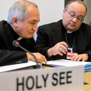 Embaixador do Vaticano na ONU, Silvano Tomasi (à esquerda) conversa com o ex-promotor da Santa Sé para abusos sexuais, Charles Scicluna (à direita) durante reunião entre o Vaticano e uma comissão de direitos humanos da ONU em Genebra, em fevereiro