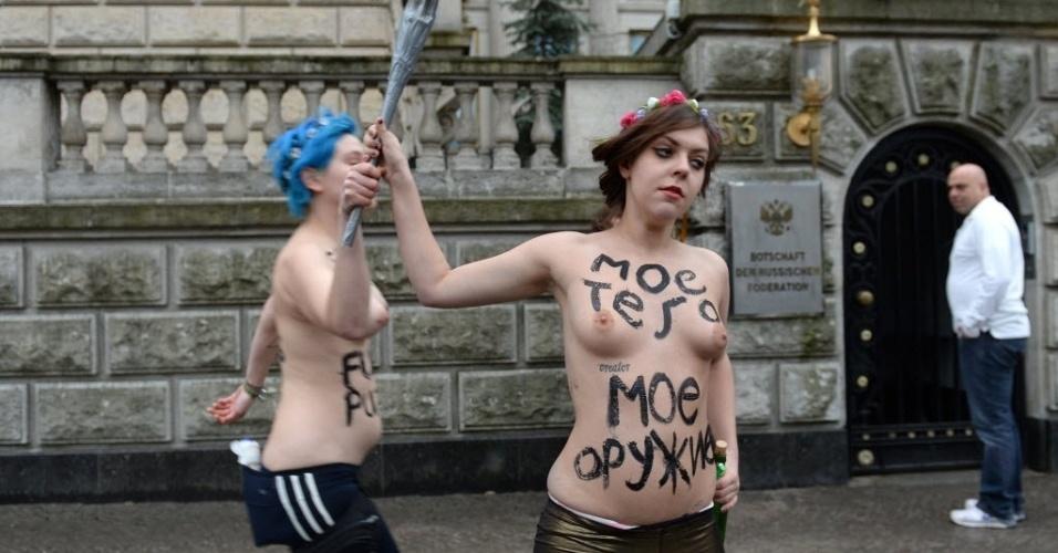 7.fev.2014 - Ativistas do Femen protestam em frente à embaixada da Rússia, em Berlim, Alemanha. A manifestação é contra