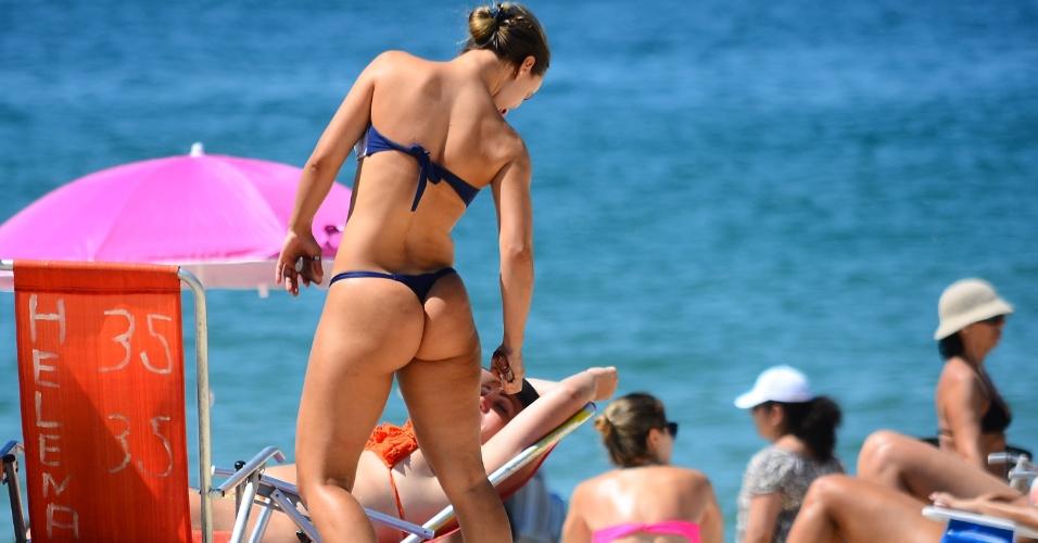 7.fev.2014 - Em mais um dia de calor intenso, banhistas aproveitam o calor na praia de Ipanema, zona sul do Rio de Janeiro, na manhã desta sexta-feira (7). O calor não da trégua para o Centro-Sul do Brasil (parte do Centro-Oeste, Região Sul e Sudeste). A temperatura máxima prevista para hoje no Rio é de 39ºC
