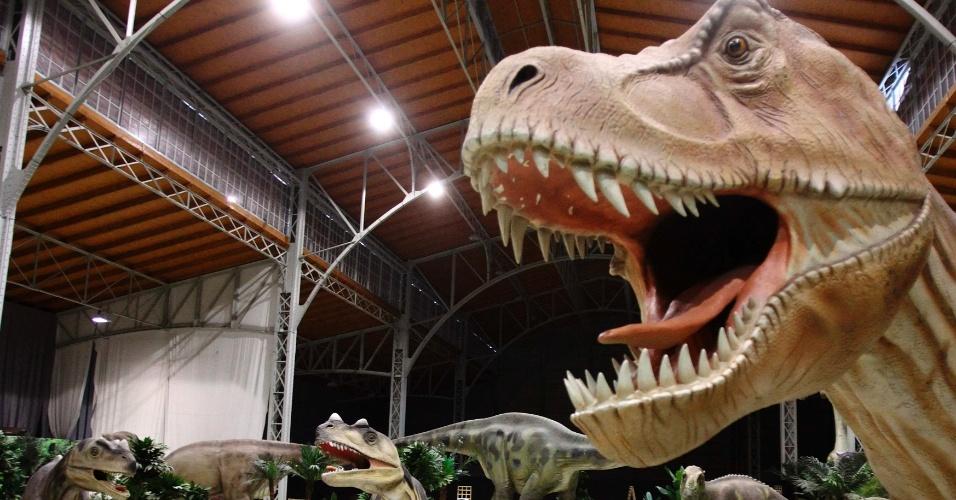 7.fev.2014 - EXPOSIÇÃO JURÁSSICA - Tiranossauro em tamanho real é exibido na exposição