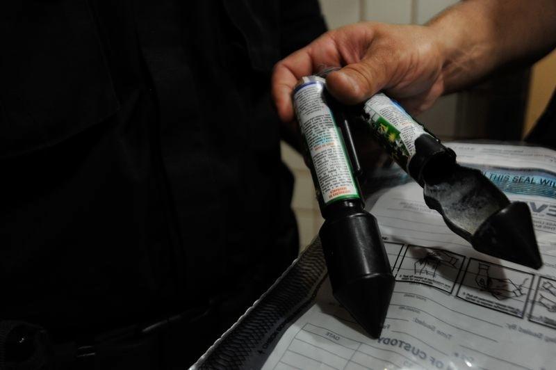 7.fev.2014 - Inspetores da polícia do Rio apresentaram nesta sexta-feira (7) rojões semelhantes ao utilizado durante protesto contra o aumento das passagens, que feriu o cinegrafista Santiago Andrade, da TV Bandeirantes