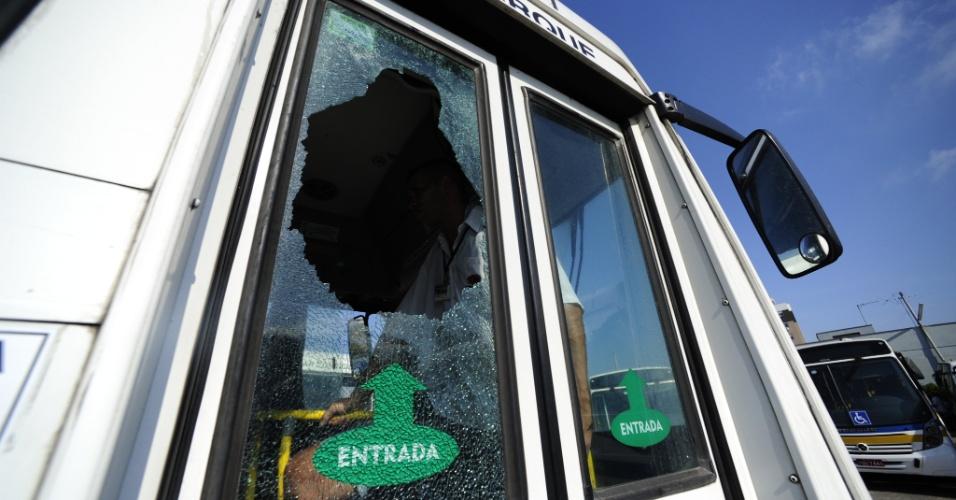 7.fev.2014 - Um ônibus da empresa VTC, que colocou 13 veículos nas ruas nesta sexta-feira (7), foi apedrejado e teve vidros quebrados por volta das 9h. Segundo relatos do motorista e do cobrador, que não quiseram se identificar, o coletivo havia passado o BarraShoppingSul e subia a avenida Pinheiro Borda quando o primeiro objeto atingiu a janela do motorista. Havia cinco passageiros no ônibus. Ninguém ficou ferido
