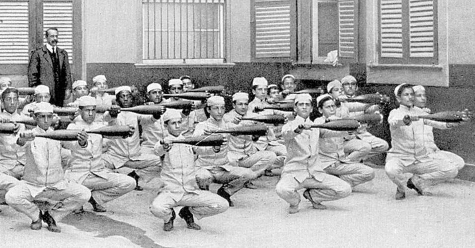 Alunos mais velhos do Ginásio Nacional com aparelhos da aula de ginástica (1909). Hoje em dia a roupa poderia facilmente ser confundida com a de um padeiro, não é mesmo?