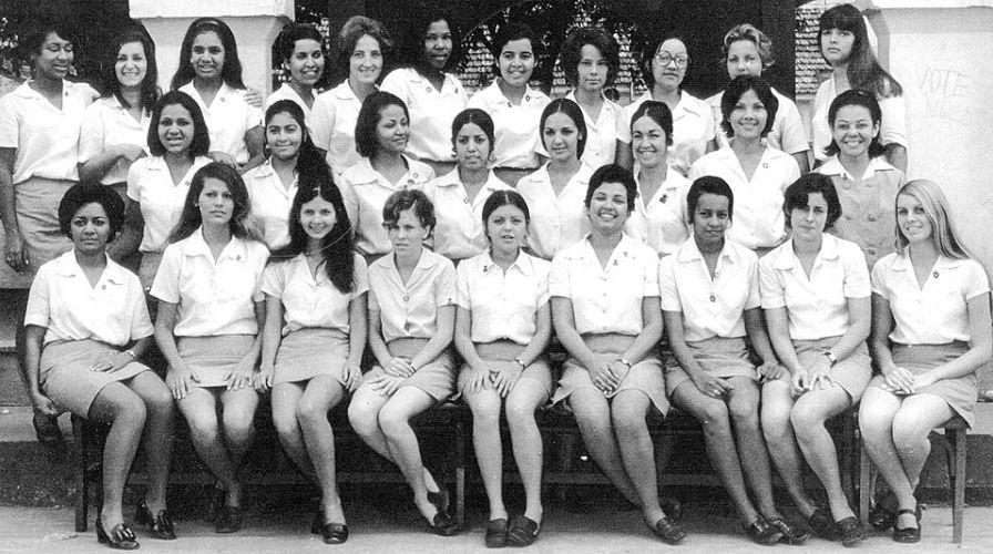 """As normalistas do Instituto de Educação de Nova Iguaçu (1969) com a """"modernidade"""" nas saias - com o passar dos anos, elas foram ficando mais curtas"""