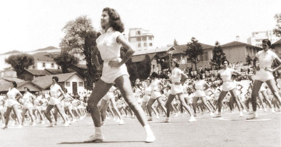 Demonstração de ginástica do colégio Mackenzie exige uniformes coladinhos no corpo na década de 1940. Ousado, não?