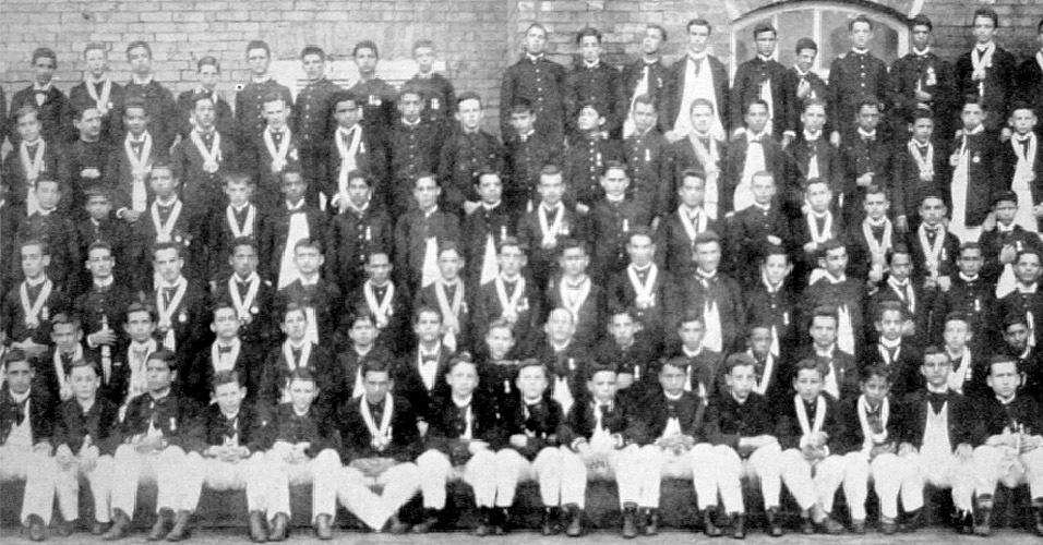 Divisão de maiores dos anos de 1894 do Colégio São Luiz de Itu. Todos os jovens muito alinhados e bem comportados - parecido com o que é hoje em dia...