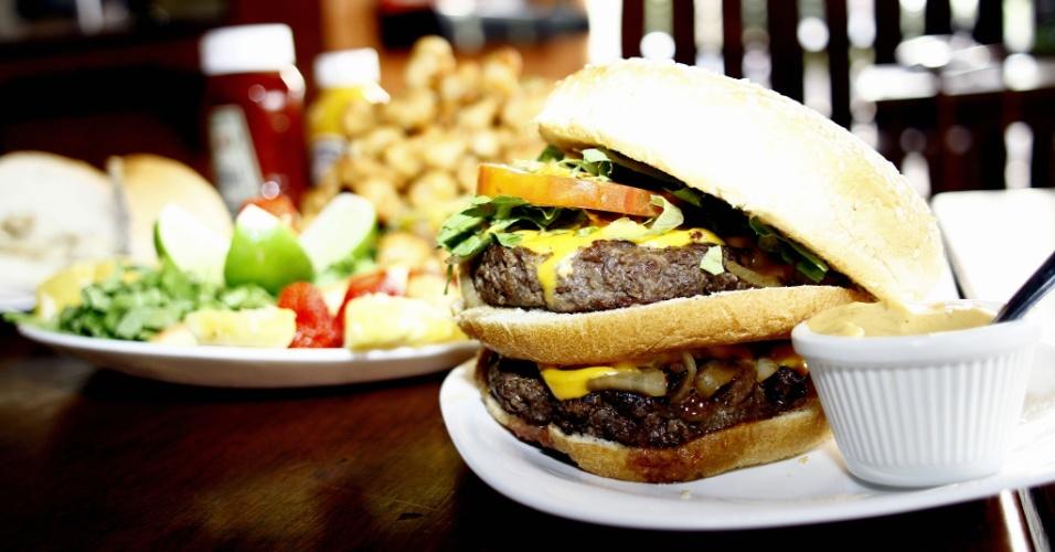 Lanchonete Safari Hamburgueria, em Campo Grande (MS), vende lanches e porções com carne de jacaré e avestruz, além de hambúrgueres de fabricação própria