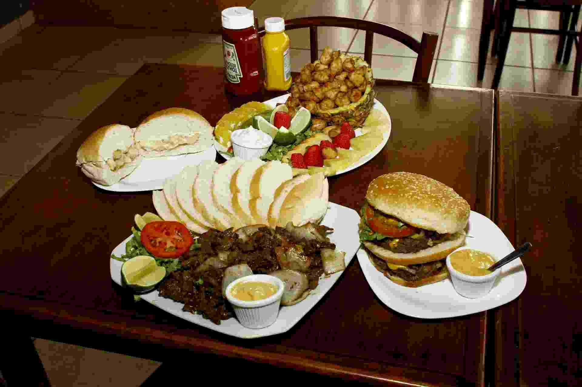 Lanchonete Safari Hamburgueria, em Campo Grande (MS), vende lanches e porções com carne de jacaré e avestruz, além de hambúrgueres de fabricação própria - Saul Schramm/UOL