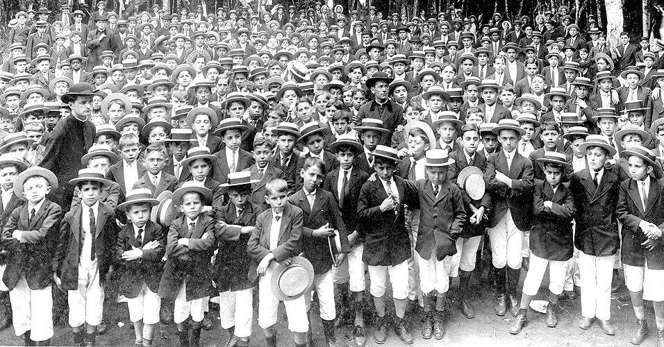 Os alunos do Liceu uniformizados para um passeio no Parque do Jabaquara. Na década de 1910, o chapéu de palha era obrigatório, junto com o paletó, as gravatas e as calças brancas
