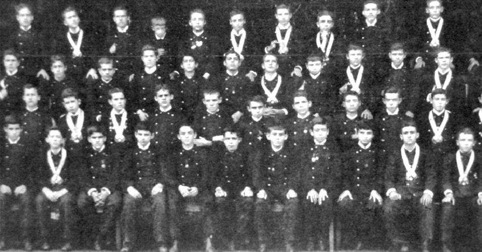 Os estudantes do Colégio São Luiz de Itu, muitas vezes, eram obrigados a usar fardas militares. As crianças já se pareciam com homens maduros no início do século passado
