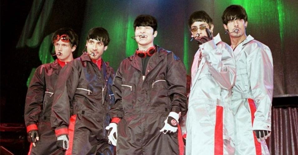 """Para comemorar os 50 anos da primeira aparição dos Beatles na TV americana, o blog americano """"Mashable"""" produziu montagens de boy bands com o famoso cabelo """"tigelinha"""" dos integrantes da banda de rock inglesa. Na imagem, o grupo britânico One Direction"""