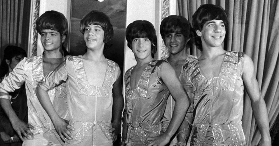 """Para comemorar os 50 anos da primeira aparição dos Beatles na TV americana, o blog americano """"Mashable"""" produziu montagens de boy bands com o famoso cabelo """"tigelinha"""" dos integrantes da banda de rock inglesa. Na imagem, a boy band latina Menudo. O grupo fez sucesso na década de 80"""