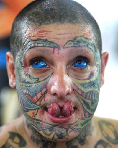 8.fev.2014 - Homem é visto coberto por tatuagens, inclusive nos olhos, durante a 3ª Convenção de Tatuagem Arte na Alma, realizada no Centro Esportivo Duque de Caxias -Tejereba, no Guarujá, litoral paulista, neste sábado (8)