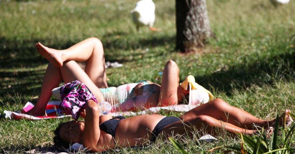 8.fev.2014 - Paulistanos tomam sol no parque Ibirapuera neste sábado (8)