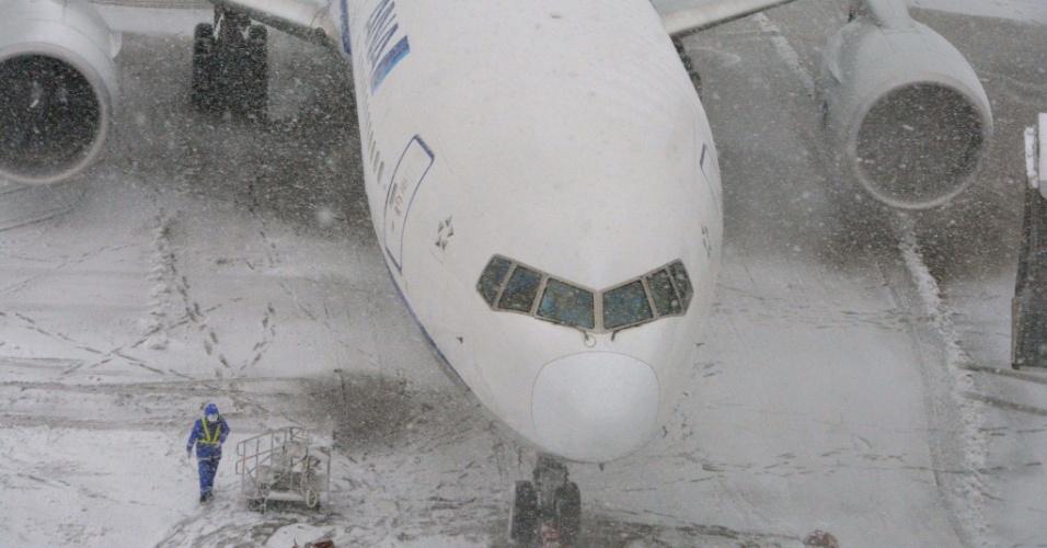 8.fev.2014 - Um avião da ANA (All Nippon Airways) é coberto pela neve enquanto permanece estacionado no aeroporto de Haneda, em Tóquio, Japão. A forte nevasca fez com que cerca de 300 voos fossem cancelados no país