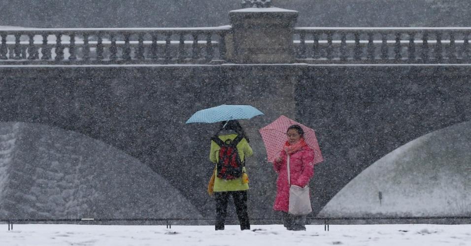 8.fev.2014 - Visitantes tiram fotos no Palácio Imperial em meio à neve em Tóquio neste sábado (8). A Agência Meteorológica do Japão disse que grandes regiões do país podem ser atingidas por nevascas hoje