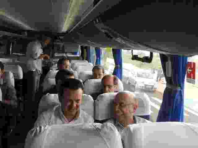 Gilberto Kassab, pré-candidato do PSD ao governo do Estado de SP, estreou neste sábado (8.fev.2014), em Bauru, o ônibus que usará durante suas caravanas pelo interior paulista durante a campanha. Ele estava acompanhado do ex-presidente do Banco Central, Henrique Meirelles. - Divulgação/PSD