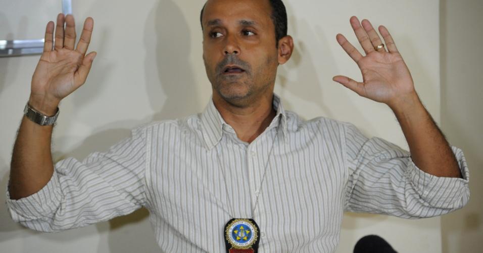 8.fev.2014 - O delegado Maurício Luciano afirmou neste sábado (8) que o rapaz suspeito de entregar rojão que feriu cinegrafista da TV Bandeirantes será indiciado