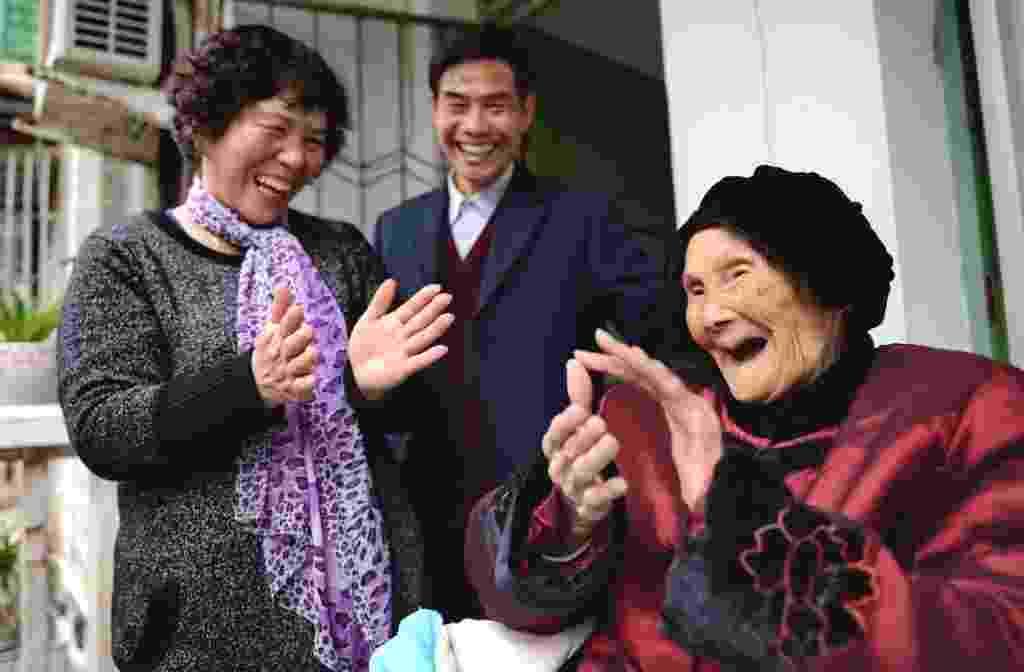 9.fev.2014 - Chen Wenyao brinca com a mãe, A Mei, na varanda daa casa onde vivem, em Jianyang, Província de Fujian, sudeste da China. Wenyao, de 64 anos, cuida de sua mãe de 106 anos há décadas. Ela diz que ainda está saudável e feliz com a sua idade por causa da forma terna com que é cuidada pelo filho - Zhang Guojun/Xinhua