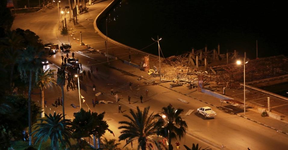9.fev.2014 - Pessoas observam um café destruído depois de uma explosão no porto de Benghazi, na Líbia. Segundo testemunhas, ninguém ficou ferido. A polícia investiga o incidente