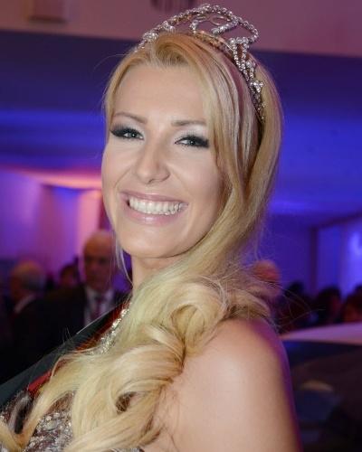 9.fev.2014 - Vivien Konca se emociona após ser coroada