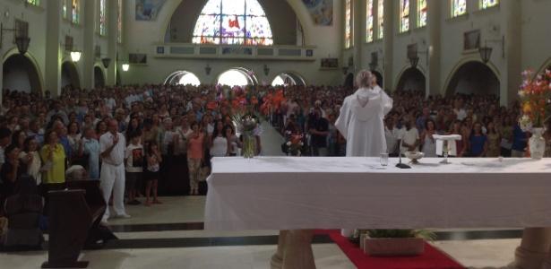 Faltou lugar para todo mundo que quis assistir à missa do frei Cláudio van Balen neste domingo (9) - Carlos Eduardo Cherem/UOL