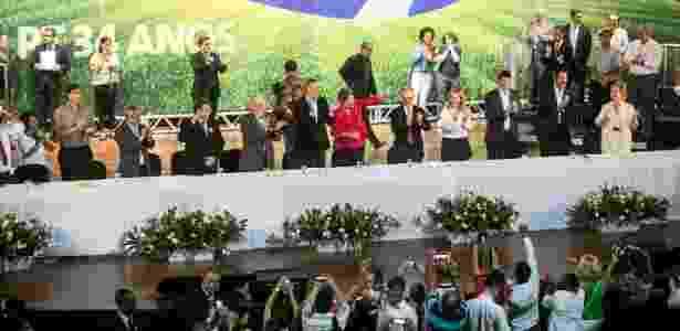 A presidente Dilma Rousseff, acompanhada do presidente nacional do PT, Rui Falcão, da ministra da Cultura, Marta Suplicy, do governador da Bahia, Jacques Wagner, do prefeito de São Paulo, Fernando Haddad, entre outras lideranças petistas, participa da comemoração do 34º aniversário da legenda - Thiago Bernardes/Frame/Estadão Conteúdo