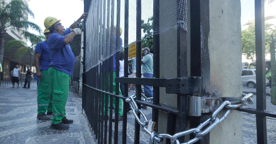 10.fev.2014 - Funcionários da Supervia colocam cerca nos portões da estação de trens Central do Brasil, no centro do Rio de Janeiro, por causa de um protesto marcado para a tarde desta segunda-feira (10)