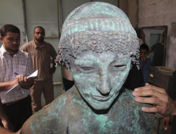 Imagem de setembro de 2013 mostra estátua de bronze do deus grego Apolo, que estava desaparecida há séculos e foi misteriosamente encontrada na Faixa de Gaza. Um pescador disse ter retirado a estátua do mar em agosto passado. A estátua foi confiscada pela polícia do Hamas e depois apareceu no eBay