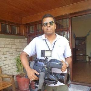 """Imagens postadas por amigos nas redes sociais mostram o cinegrafista da """"TV Bandeirantes"""" Santiago Ilídio Andrade, 49, trabalhando - Reprodução/Facebook"""