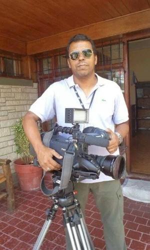 """10.fev.2014 - Imagens postadas por amigos nas redes sociais mostram o cinegrafista da """"TV Bandeirantes"""" Santiago Ilídio Andrade, 49, trabalhando. Santiago teve morte cerebral diagnosticada na manhã desta segunda-feira (10). Ele foi atingido na cabeça quando registrava o protesto, na quinta-feira (6)"""