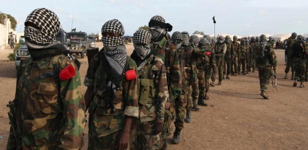 Integrantes do grupo Al Shabab em Mogadício, capital da Somália, em foto de 2014
