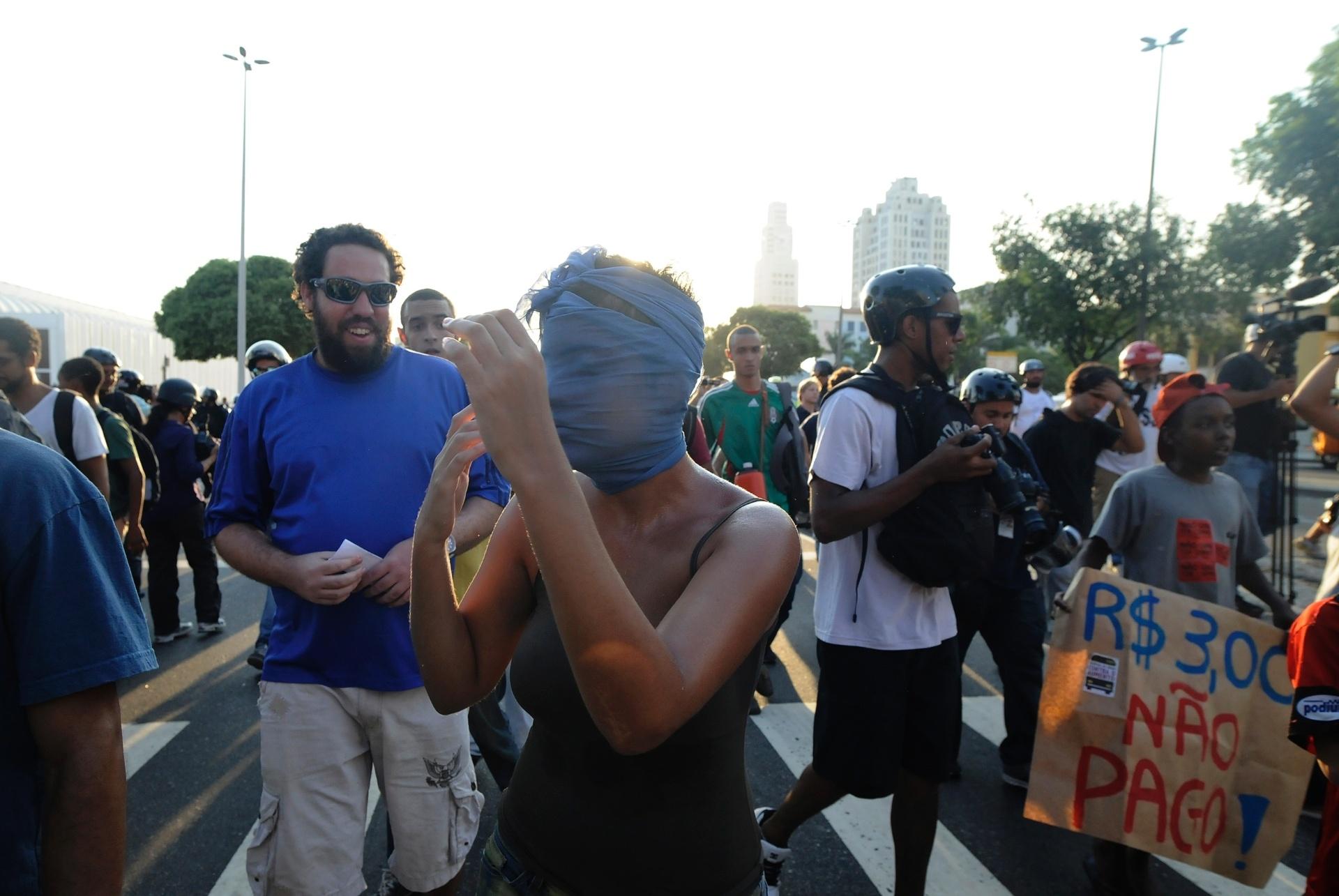 10.fev.2014 - Manifestante gesticula durante protesto contra o aumento das passagens de ônibus, no centro do Rio de Janeiro, nesta segunda-feira (10)