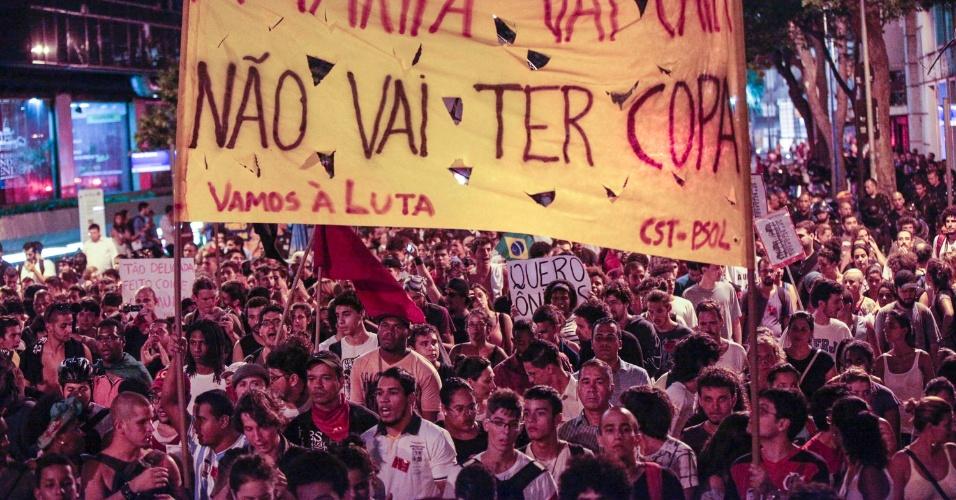 10.fev.2014 - Manifestantes participam de protesto contra aumento da passagem de ônibus no Rio de Janeiro, na noite desta segunda-feira (10), na Cinelândia, no centro da cidade